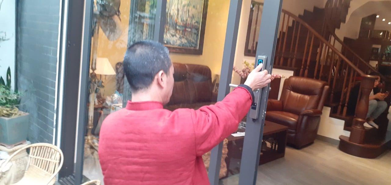 Lắp đặt khóa vân tay nhôm kính cho nghệ sĩ Bình Trọng