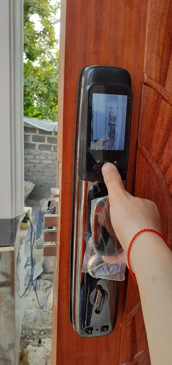 Camera ở mặt sau khóa, hiên thị người đang đứng ngoài cửa